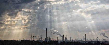 <strong>Nederland, Rotterdam, Maasvlakte.</strong><br><p>Jacobsladders naar naar industrie</p><br><p></p>