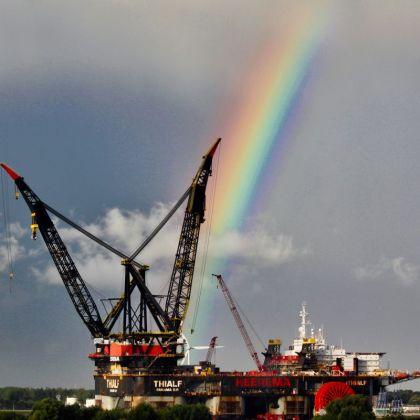 """<strong>Nederland,Rozenburg, de Landtong</strong><br><p>Landtong, """"Heerema-Thialf"""" een van de grootste kraaneilanden ter wereld.</p>"""