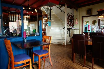 <strong>Nederland, Enkhuizen</strong><br><p>Interieur cafe</p>